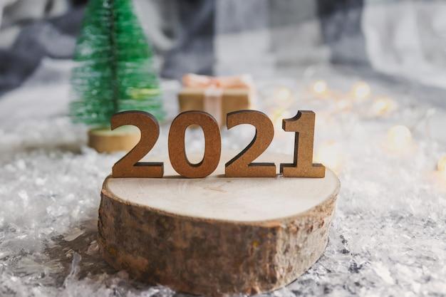 お祝いのぼやけた背景に対してカットされた木の数字 Premium写真