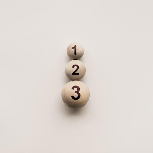 Цифры на деревянном круглом шаре, разного размера, абстрактные концептуальные идеи Premium Фотографии