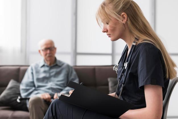 ナーシングホームで老人に相談する看護師 無料写真