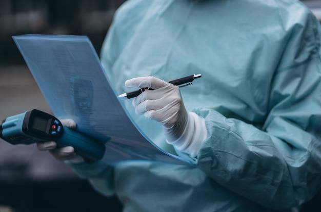 Медсестра носит защитный костюм и маску во время вспышки covid19 Бесплатные Фотографии