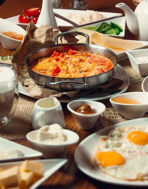 Традиционный турецкий завтрак с яйцами на солнечной стороне, меню nutella, блюдо из яиц Бесплатные Фотографии