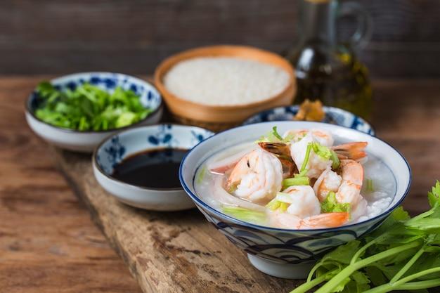 Питательная и вкусная каша с морепродуктами, рисовая креветка с морскими гребешками Premium Фотографии
