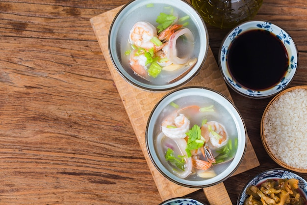 Питательная и вкусная каша из морепродуктов Premium Фотографии