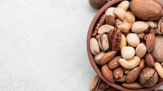 Орехи в миске копией пространства Бесплатные Фотографии