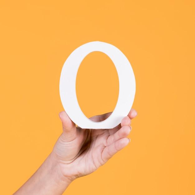 大文字oアルファベットを持っている人の手のクローズアップ 無料写真