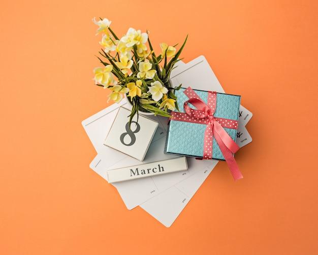 Письменный стол с подарками, цветами и блокнотом Бесплатные Фотографии
