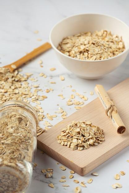 Зерна овса и бобины пшеницы в контейнерах Бесплатные Фотографии