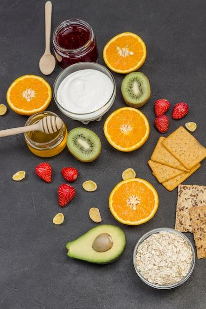Овсянка, ягоды авокадо, фрукты, джем, йогурт для energy healthy breakfast. Premium Фотографии