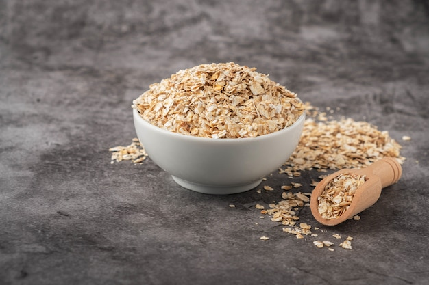 Oatmeal in a bowl on a gray background. Premium Photo