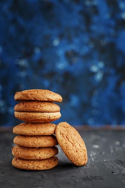 Печенье овсяное на синем. Premium Фотографии