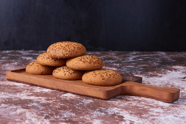 Овсяное печенье с черным тмином на деревянном блюде по мрамору. Бесплатные Фотографии