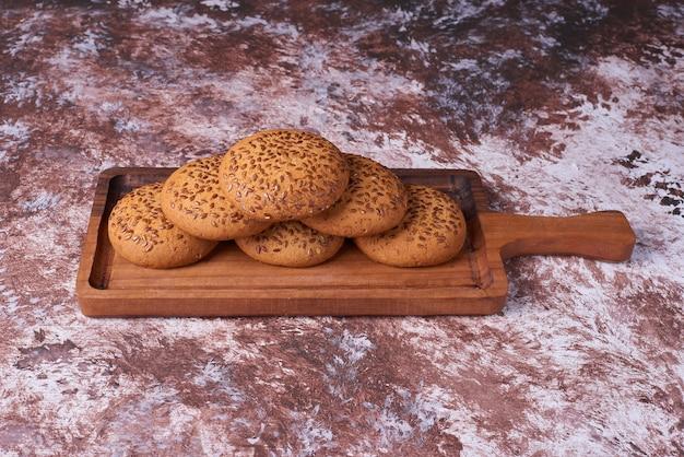 Овсяное печенье с черным тмином на деревянном блюде, угол обзора. Бесплатные Фотографии