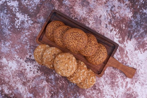 Овсяное печенье с черным тмином на деревянном блюде, вид сверху. Бесплатные Фотографии