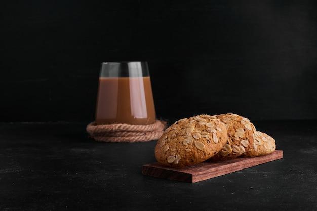 ブラッククミンとコーヒー1杯のオートミールクッキー。 無料写真