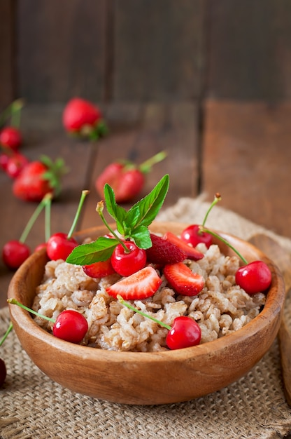 Овсяная каша с ягодами в белой миске Бесплатные Фотографии