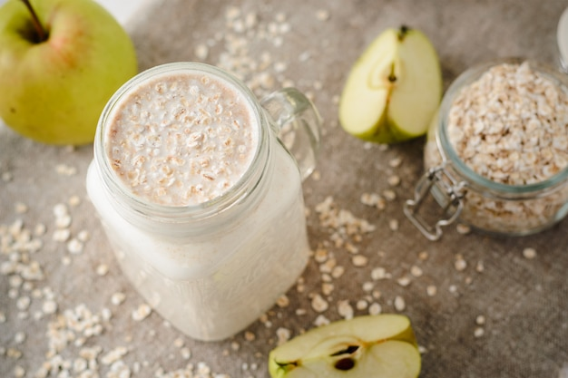 Oatmeal smoothies with apples Premium Photo