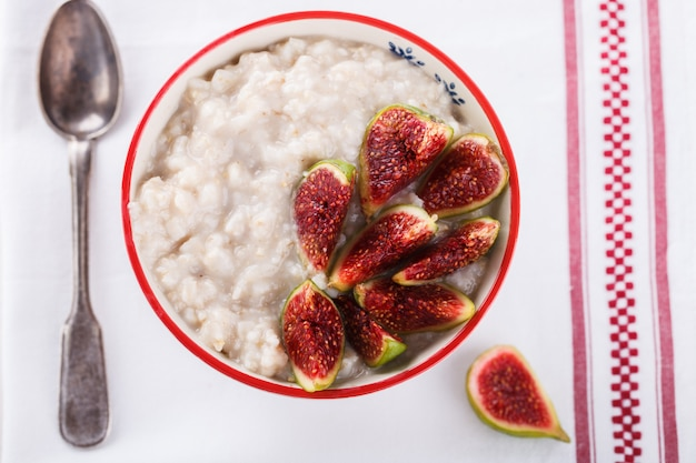 Oatmeal with figs.healthy breakfast Premium Photo