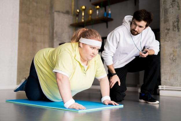 スポーツをしている肥満の女性 Premium写真