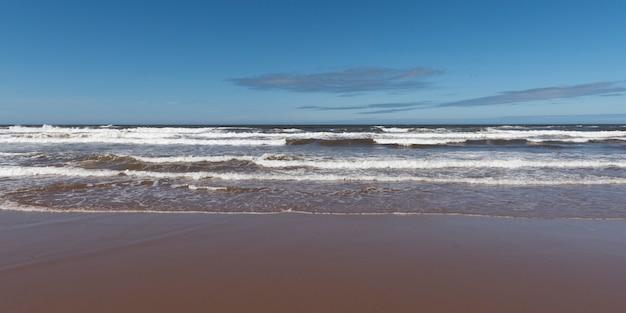 プリンスエドワード島国立公園、プリンスエドワード島、カナダのキャベンディッシュビーチの海の眺め Premium写真