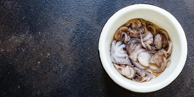 Осьминог ребенок сырые свежие морепродукты на столе Premium Фотографии
