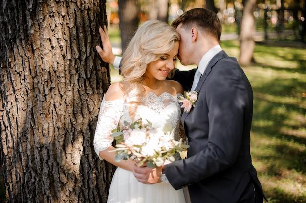 金髪の花嫁にキスする花ofの肖像画 Premium写真