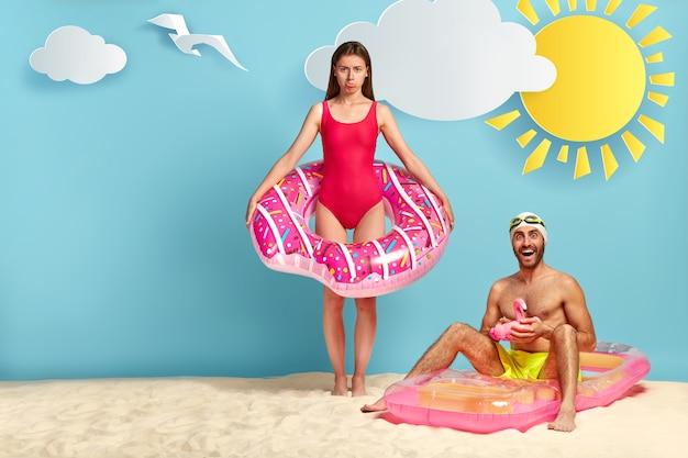 해변에서 포즈 불쾌 부부 무료 사진