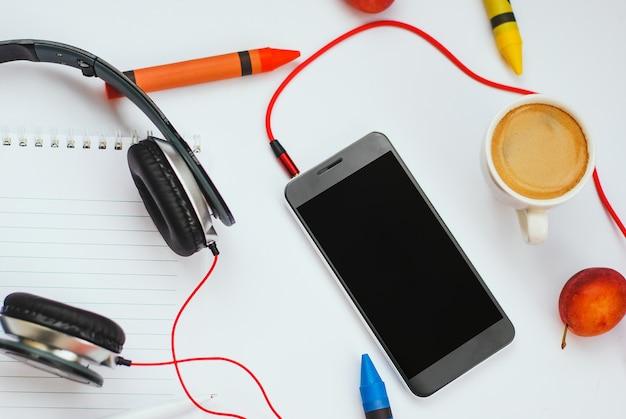 白い背景の上のトップビューアクセサリーoffice desk.smartphonesヘッドフォン Premium写真