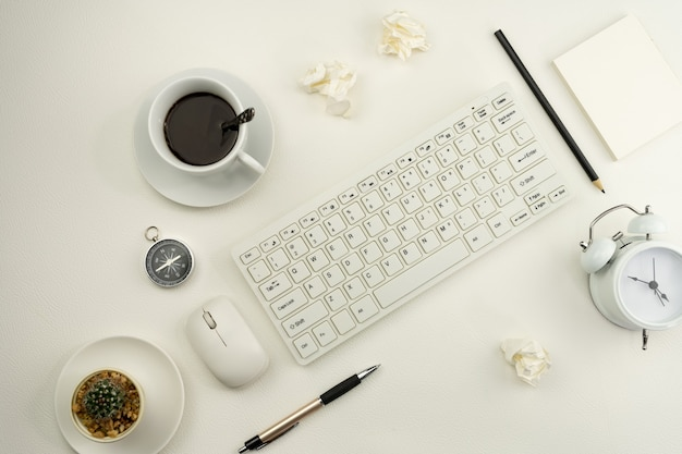 ホワイトレザーのビジネスワークプレイスとビジネスオブジェクトのオフィスデスクテーブル。 Premium写真