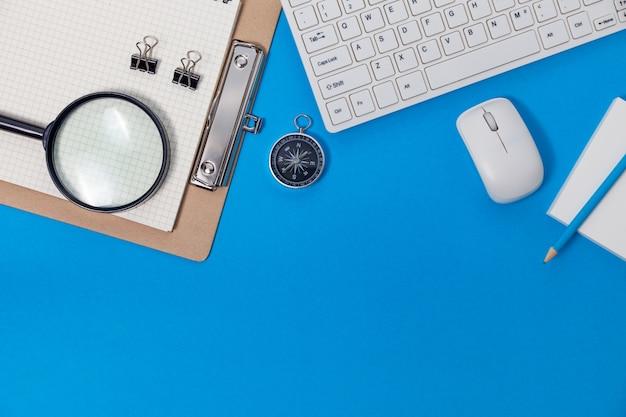 ビジネスワークプレイスとビジネスオブジェクトのオフィスデスクテーブル。 Premium写真