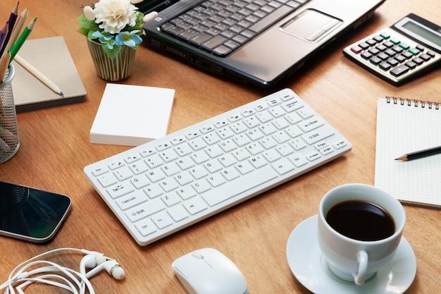 ビジネス職場とビジネスオブジェクトのオフィスデスクテーブル。 Premium写真