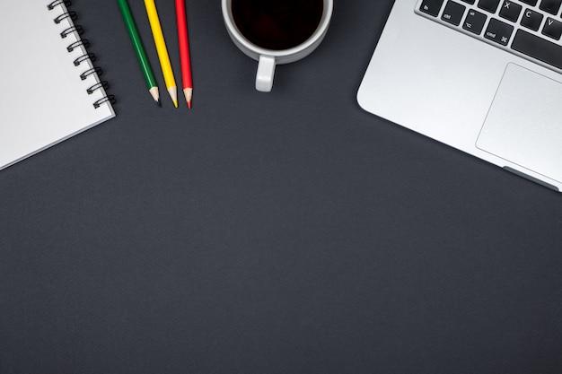 컴퓨터와 사무실 책상 테이블 프리미엄 사진