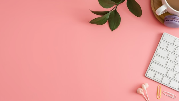 Office desk table with keyboard, macaroon and coffee cup. Premium Photo