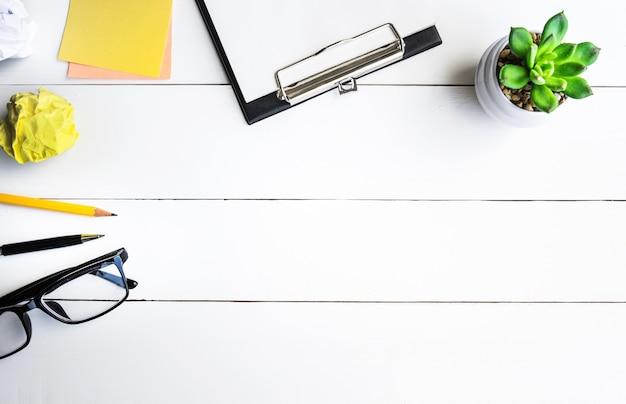 Стол офисный стол с принадлежностями и горшок кактус Premium Фотографии