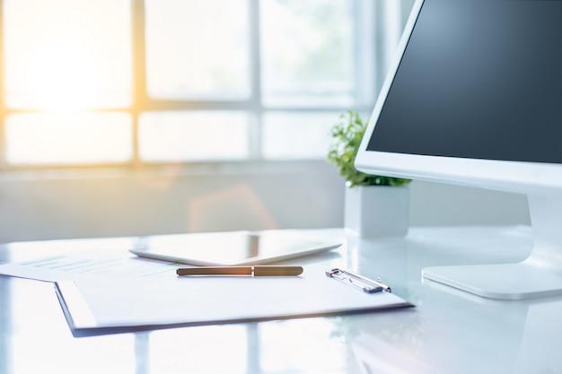 Офисный стол с компьютером и буфером обмена Бесплатные Фотографии