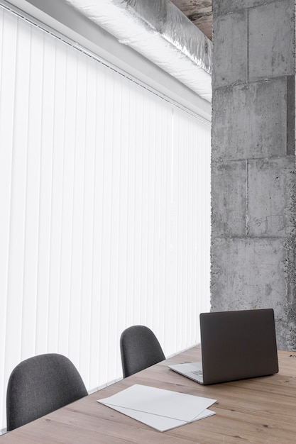 노트북과 의자가있는 사무실 책상 무료 사진