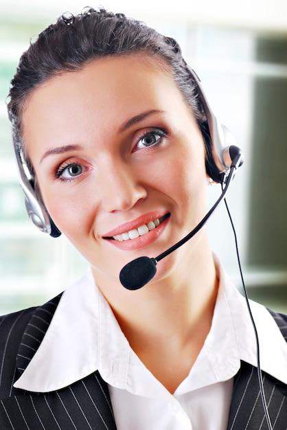 Un dirigente d'ufficio che lavora come personale dell'assistenza clienti, indossando un auricolare con microfono. Foto Gratuite