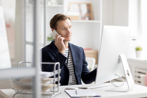 Office worker speaking by phone Premium Photo
