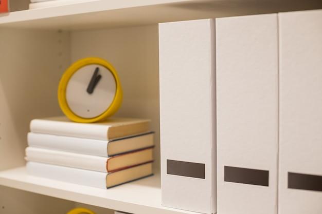 本とofficeフォルダー。 Premium写真