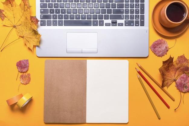 Offiveデッキ、トップviev、秋のコンセプト Premium写真