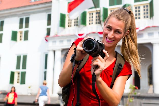古いバタビア地区ofjakartaで写真を撮る観光客 Premium写真