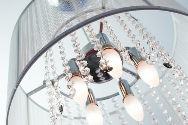 多くの場合、クリスタルとファブリックのランプシェードが天井にあるインクルージョンシャンデリア Premium写真