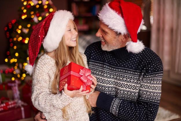 お父さん、クリスマスプレゼントありがとう 無料写真