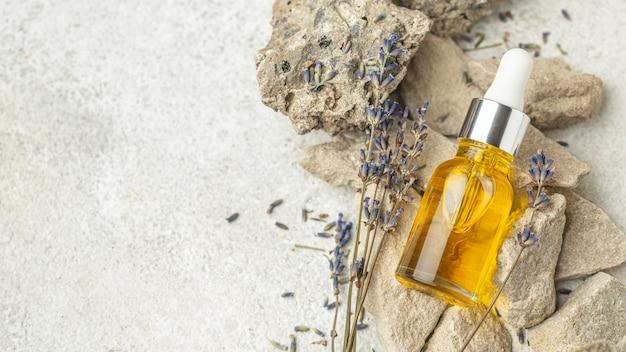 Contagocce dell'olio e lavanda sulle rocce con lo spazio della copia Foto Gratuite