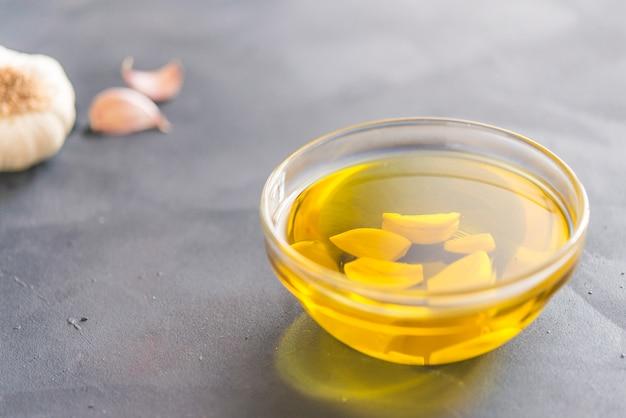オリーブとニンニクの油 Premium写真