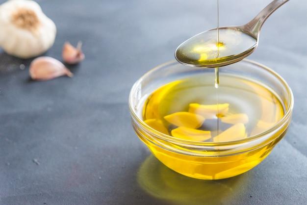 オリーブとニンニクのオイル Premium写真