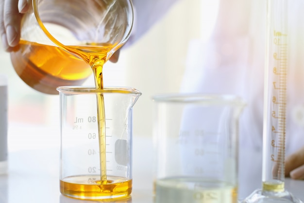Oil pouring, equipment and science experiments, formulating the chemical for medicine Premium Photo