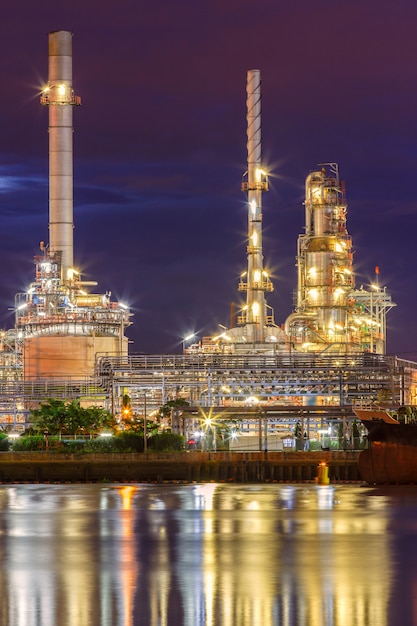 Oil refinery along the river at dusk (bangkok, thailand) Premium Photo
