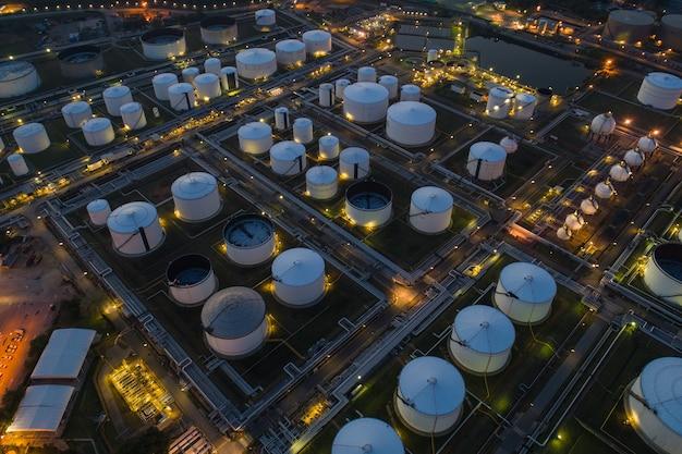 製油所、石油タンクの保管、化学プラント Premium写真