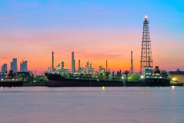 Oil tanker in front of the refinery. Premium Photo