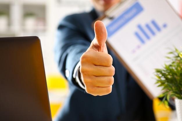 男性の腕は[ok]を表示またはオフィスのクローズアップでの会議中に確認します。高品質で高品質な製品は、シンボル表現の完璧なメディエーションソリューションを提供します。ハッピークライアントクリエイティブアドバイザーが参加します。 Premium写真